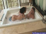 במקלחת רטובה ושובבה