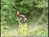 אדמונית מתחרמנת ביער לבד