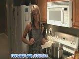 מילפית שחומה ומהממת מאוננת במטבח עם סינר