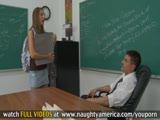 מזדיינת בכיתה עם המורה בהפסקה