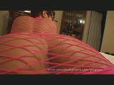 סקסית עם בגד רשת מאוננת עם הרגליים