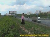 משתינה בכביש ראשי
