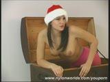 סקסית עם כובע של סנטה מאוננת בכוס רטוב וורוד
