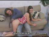 שובבה צעירה עם חבר חדש שמפרק אותה