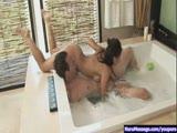 חרמנית במקלחת על גבר