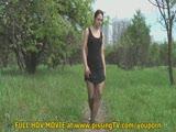 סקסית משתינה בפרדס בשמלה