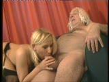 מאוננת  עם הרגליים הסקסיות שלה ומוצצת לגבר מבוגר