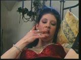 פריקית עם עגילים וקעקועים מזיינת את עצמה במיטה עם מכשיר