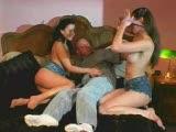 שתי נשים מוצצות ומתענגות על זין של גבר שרירי