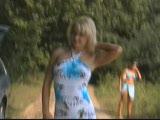 משתינה ומתפשטת לעירום בטיול בדשא ליד הרכב
