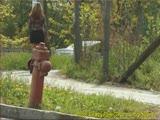 משתינה ברחוב עם חצאית קצרה