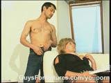 מבוגרת מקבלת בדוגי עם גרביון על הספה