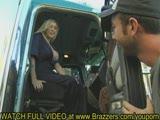 תופסת טרמפ עם נהג משאית