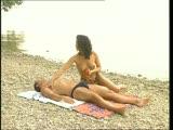 גבר מבוגר פוגש סקסית על חוף הים ושוכב איתה על החוף