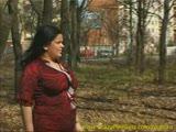 שמנה משתינה ביער ומלקקת את השדיים שלה