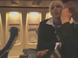 דיילת מוצצת במטוס