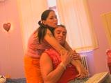 שווה צעירה יושבת על גבר בזיון אחרי לימודים