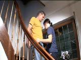 מלקק לה את הכוס על המדרגות וטוחן אותה