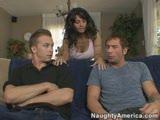 שדיים ענקיים ושני גברים חסונים עם קעקועים בזיון חזק