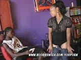 זוג שחורים בזיון אכזרי על ספה אדומה