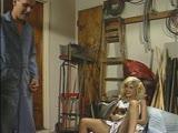 בחורה עם שמלה וכוס ורוד מקבלת אצבעות ואורגיה עם שניים