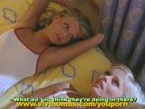 שתי צעירות יפות במיוחד יורדות וגומרות