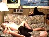גבר ואישה מזדיינים חזק בסלון
