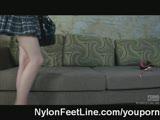 פורשת רגליים עד הסוף ומקבלת חדירת לשון עמוקה