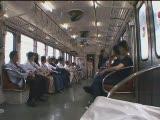 סינית קטנה מאוננת ומוצצת ברכבת ליד נוסעים