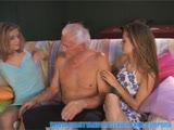 גבר מבוגר ושתי צעירות מוצצות