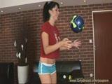 משחקת עם כדורים והולכת להתקלח כשהיא מזיעה ורטובה בגוף מהמם