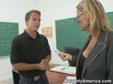 מורה חרמנית מזיינת תלמיד שגומר לה בפה